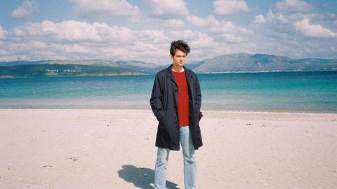 Santiago Isla (en la playa de Langosteira) se siente «en casa» en Galicia
