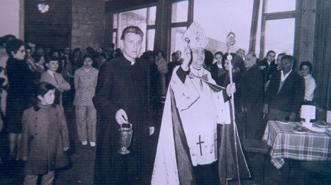 El obispo acompañó a don Emilio en la inauguración en 1971