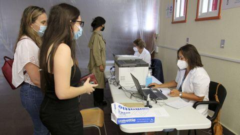 Una adolescente da sus datos para recibir la vacuna en la Escuela Politécnica de Esteiro de Ferrol