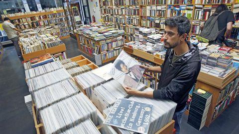 La nueva vida de un referente en la selección de libros antiguos comenzó en A Coruña con la apertura de un local de Follas Vollas, que ofrece auténticas reliquias, vinilos y deuvedés