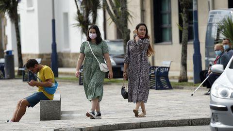Imagen de gente paseando por A Pobra, concello en el que han aparecido nuevos casos