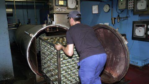 Imagen de archivo de la nave que la conservera Ignacio Montes tiene en Couso