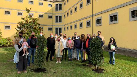 Foto de familia de la plantación del primer árbol del jardín de la memoria