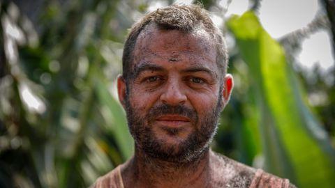 Yulian Alonso, de 33 años y nacido en el municipio palmeño de Fuencaliente, con el rostro lleno de ceniza del volcán después de trabajar en la recogida de plátano.