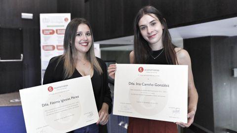 Fátima Iglesias (derecha) e Iria Camiño recibieron sendos premios del Colexio de Economistas por sus buenos expedientes académicos en ADE y Turismo, respectivamente