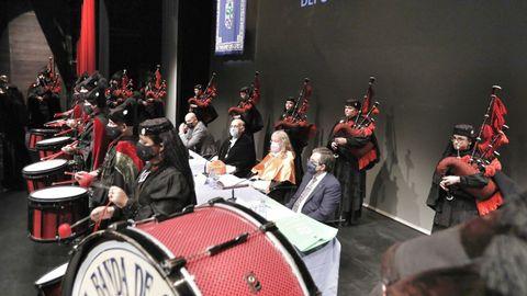 La Real Banda de Gaitas interpretó  Gaudeamus Igitur , el himno universitario, y el himno gallego