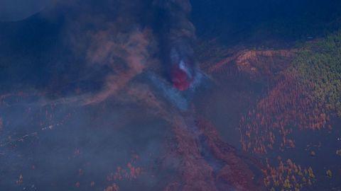 Vista de la boca eruptiva del volcán de Cumbre Vieja tomada desde un helicóptero.