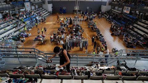 Imágenes del polideportivo Severo Rodríguez, en Los Llanos de Aridane, donde los voluntarios clasifican la ropa y el calzado donado para los afectados por el volcán