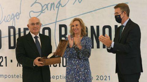 Maneiro agradece el premio, recibido de manos de Núñez Feijoo.