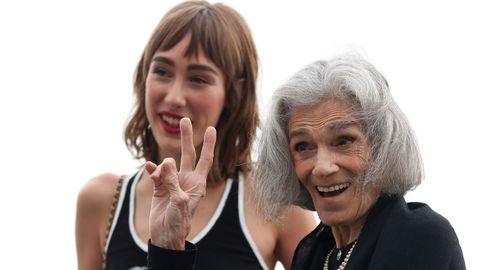 Las actrices Almudena Amor y Vera Valdez, en San Sebastián, para la presentación de «La abuela». Valdez, supermodelo de Coco Chanel en su juventud, renace ahora de la mano de Paco Plaza y Carlos Vermut.