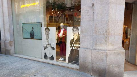 Escaparate de la tienda de Adolfo Domínguez en Ourense, con la nueva campaña con jugadoras del Atlético de Madrid