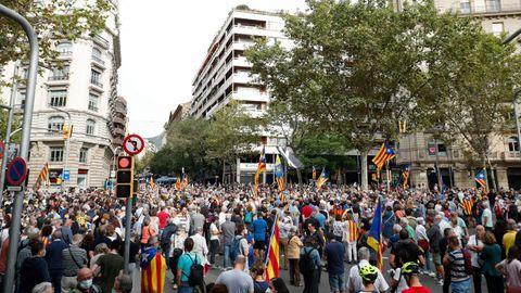 Concentración de independentistas delante del consulado de Italia en Barcelona para protestar contra la detención de Carles Puigdemont en Cerdeña