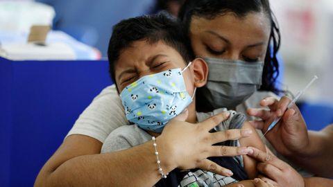 Un niño recibe la vacuna contra el covid-19 en El Salvador donde está autorizada a partir de los seis años