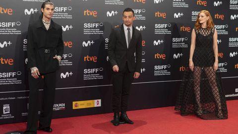Álvaro Mel, Alejandro Amenábar y Ana Polvorosa, a su llegada al estreno de la serie «La fortuna».