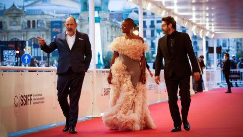 Los actores Karra Elejalde, T'nia Miller y Manolo Solo, en la alfombra roja del festival de San Sebastián, donde su serie «La fortuna» se presentó en la sección oficial pero fuera de concurso.