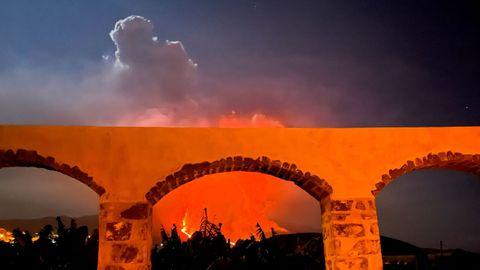 Imagen tomada desde el parque nacional de Los Llanos en la que se aprecia la nube que provoca el volcán
