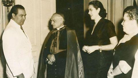 De izquierda a derecha, Fulgencio Batista, el cardenal Manuel Arteaga, Marta Fernández Miranda, esposa del dictador cubano, y Emelina Miranda, natural de A Pontenova, no de Ribadeo, como tradicionalmente se creía