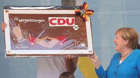 Angela Merkel fue obsequiada con un pan de jengibre durante el cierre este sábado de la campaña electoral de la CDU en Aquisgrán.