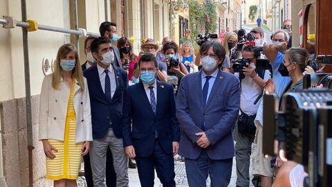 El presidente de la Generalitat, Pere Aragonés, el expresidente Carles Puigdemont, y la presidenta del Parlamento catalán, Laura Borrás,  ayer, durante su paseo por las calles de la localidad italiana de Alguer, en Cerdeña.