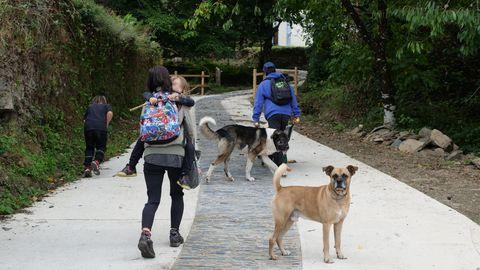 Una familia sube hacia su casa en Ernes