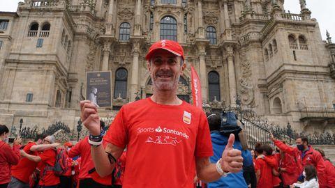 Martín Fiz con su Cospostela frente a la Catedral.
