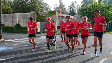 El grupo de corredores arranca la etapa en Arca do Pino.