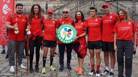 David Cal, Begoña Fernández, Martín Fiz, Gómez Noya y Alejandro Blanco junto a varios representantes del Banco Santander con el Sello de Evento Deportivo Sostenible.