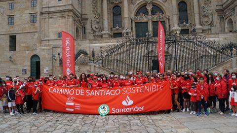 El grupo de corredores y el que realizó la marcha desde Monte do Gozo tras encontrarse en el Obradoiro.
