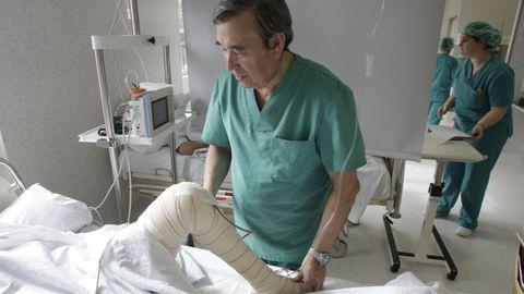 El doctor José Couceiro Follente, que iba a realizar la novedosa intervención quirúrgica, fotografiado en el 2008