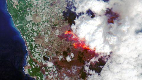 Imagen por satélite de la erupción del volcán de La Palma, el sábado