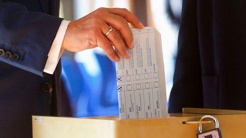 Armin Laschet exhibió el contenido de su papeleta antes de depositarlo en la urna.