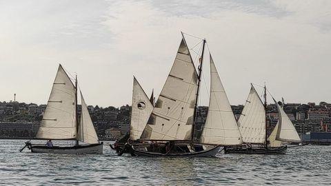 Un grupo de los barcos participantes en una de las dos regatas celebradas en Sada de la Copa Balbina este verano.