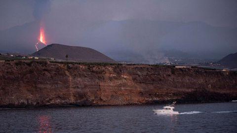 Una embarcación de recreo junto al puerto de Tazacorte, en La Palma, ubicado en la costa donde se prevé llegue la lava del volcán de Cumbre Vieja