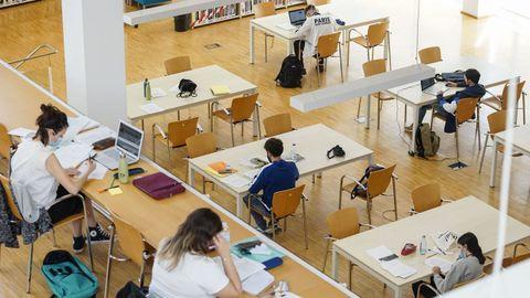 Imagen de archivo de estudiantes de bachillerato en la Biblioteca Central Rosalía de Castro del Campus de Ourense