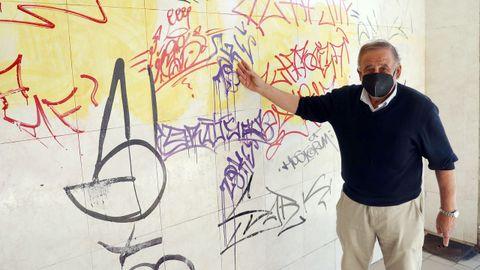 Federico está harto de que en las noches de la movida le hagan pintadas en la entrada de su garaje en Curros Enríquez