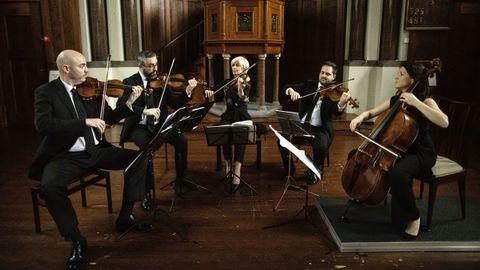 El Cuarteto Quiroga, en plena interpretación, acompañado de la violista Veronika Hagen (en el centro de la imagen). El violinista ourensano Cibrán Sierra, el segundo por la izquierda.
