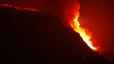 La lava se precipita por el acantilado a aguas del Atlántico