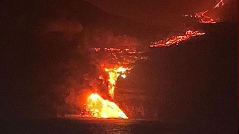 La lava se precipita por el acantilado