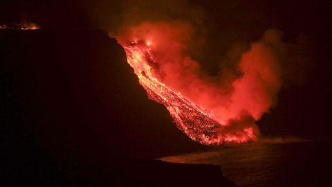 Lava del volcán de La Palma, cayendo sobre el mar