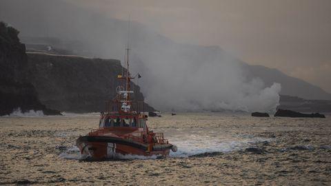 Imágenes del impacto de la lava contra el mar