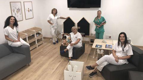 MUCHO MÁS QUE CINCO. Cristina Valiño, Dolores Eiriz, Alba Sánchez, Lucía Mosquera y Toneta Abuín (en la sala de familiares de la cuarta planta del materno)  son parte de un equipo muy grande.