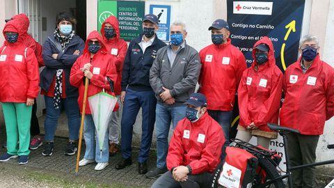 Alfonso Rueda junto a los participantes del dispositivo atención a peregrinos de Cruz Roja, en O Pino.