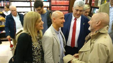Pérez-Reverte, en el 2019 en la librería Arenas de A Coruña, saluda a Esteban Pérez Bolívar (acompañado por su mujer y Manuel Arenas), cuyos libros devoró el escritor.