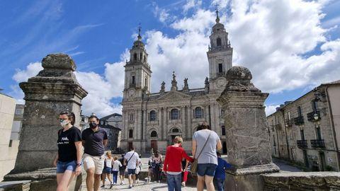 La catedral de Lugo rodeada de turistas.