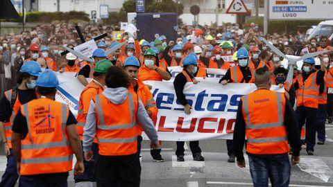 Centenares de familiares, amigos y mariñanos de a pie, además de muchos políticos, apoyaron este sábado en Viveiro a los 115 trabajadores de la fábrica eólica que Vestas quiere cerrar en Chavín