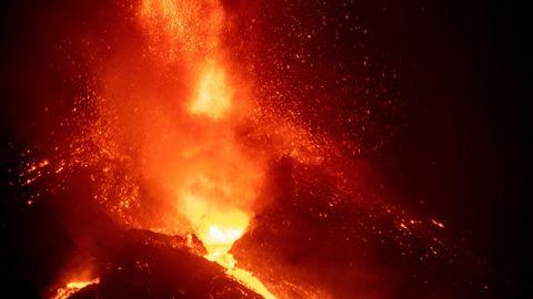 La caída de una parte del cono del volcán de La Palma ha provocado que se unan los principales centros emisores de lava
