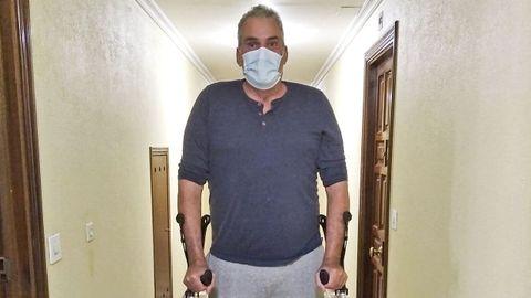 Ángel Grande, que superó el coronavirus tras más de siete meses ingresado en el hospital y sigue su lenta recuperación en su casa de Carril, en Vilagarcía