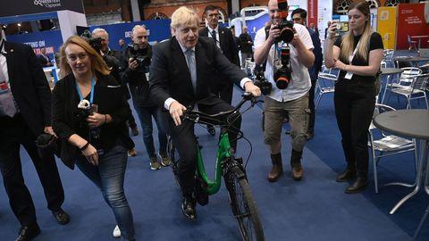 Boris Johnson llegó en bicicleta este martes al congreso conservador que se celebra en Manchester.
