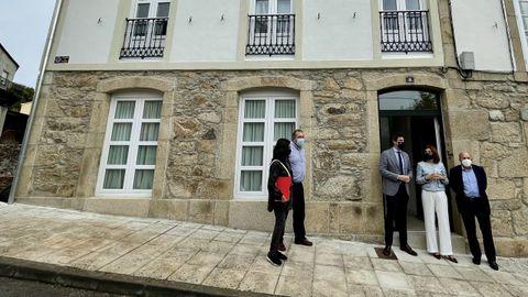 Vázquez, Arias y el alcalde de Pantón ante una vivienda recién rehabilitada en este municipio