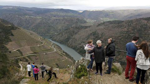 Visitantes en el mirador de Pena do Castelo, en Sober ?en una imagen de archivo?, que es una de las paradas de una las rutas en las que actuará el plan del paisaje de la Ribeira Sacra